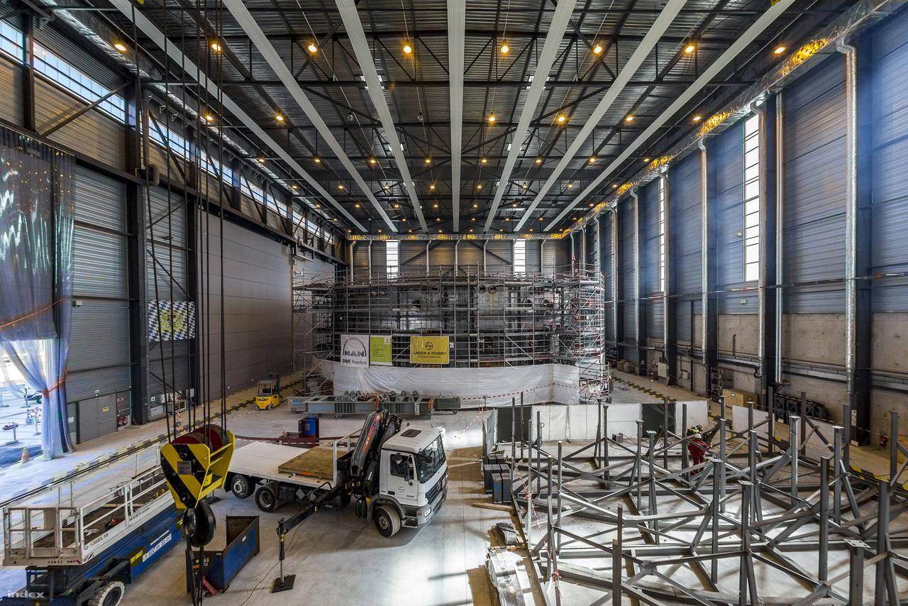 Ebben a nagyjából 5 emelet magas műhelyben jelenleg német fémmegmunkáló szakemberek dolgoznak az Indiában gyártott rozsdamentes acélelemeken, amikből a tokamak 3600 tonnás kriosztátja készül majd. A terem végében a kriosztát állványzattal körülvett fölső gyűrűje pihen.