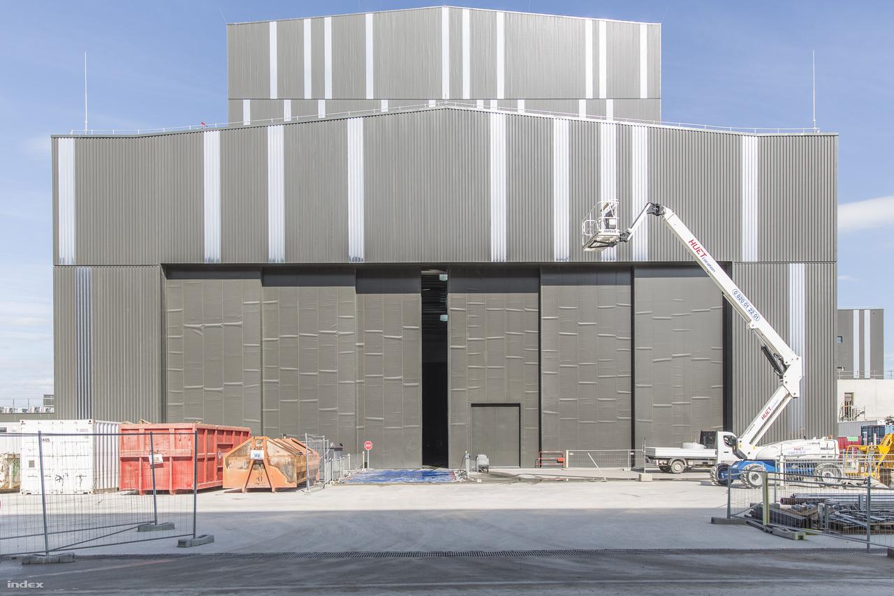 Az összeszerelő csarnok (Assembly Hall), pontosabban annak hátsó része, a hatalmas szekcionált kapuval, amin a tokamak jókora alkatrészeit viszik majd be, például a szomszédos műhelyben készülő kriosztát egyenként több mint ezer tonnás darabjait.