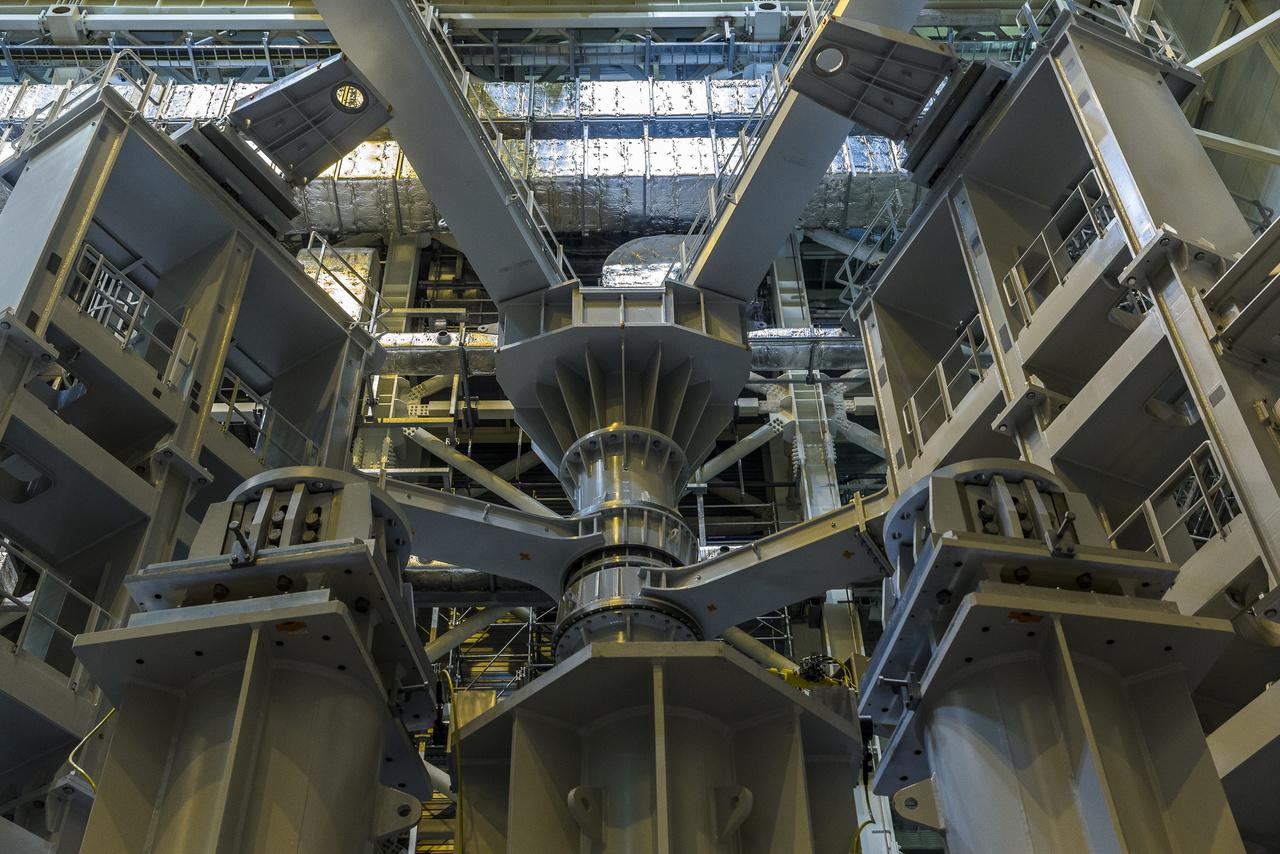 Az összeszerelő csarnok egyik sarkában bizarr formájú fémszerkezet áll, amire a tokamak összeszerelésekor lesz majd szükség. Ez furcsa, több száz tonnás vasszerkezet tulajdonképpen egy szerszám (sector sub-assembly tool – SSAT), aminek segítségével a tokamak nagy komponenseit rakják majd össze. Irtózatos teherbírású, forgatható karjaival precízen helyükre lehet majd illeszteni a 350 tonnás elektromágneseket.