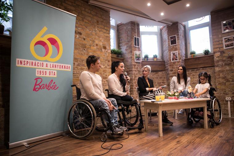 A kerekesszékes és műlábas babák sajtóbemutatóján ismert, a fogyatékosságban közvetve vagy közvetlenül érintett emberek vettek részt