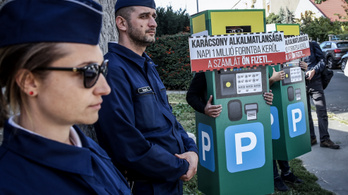 Egy szimpla kampánynap: parkolójegy-automatának öltöztek, feleslegesen