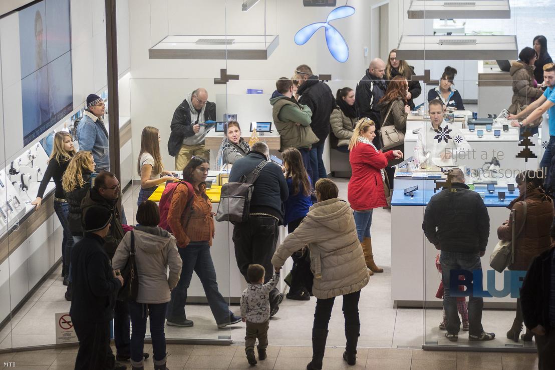 Vásárlók a Telenor üzletében a karácsonyi Nyíregyháza egyik bevásárlóközpontjában 2016. december 27-én.
