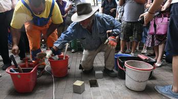 Hajdúszoboszlón szétverték a frissen lerakott botlatóköveket