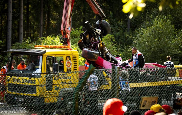 Anthoine Hubert-nek, a BWT Arden francia versenyzőjének kettétört autóját szállítják el a spa-francorchampsi pályáról a Forma-2-es sorozat megszakított futamán a belgiumi Stavelotban 2019. augusztus 31-én, miután a 22 éves versenyző a futam második körében nekicsapódott a gumifalnak, majd a pályára visszasodródó autójába belerohant az amerikai Juan Manuel Correa. Hubert a kórházban belehalt sérüléseibe, Correa túlélte a balesetet.