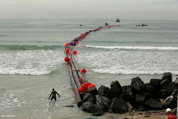 Csövek vezetnek fokváros mellett a parton a Strandfontein sótalanító üzembe.
