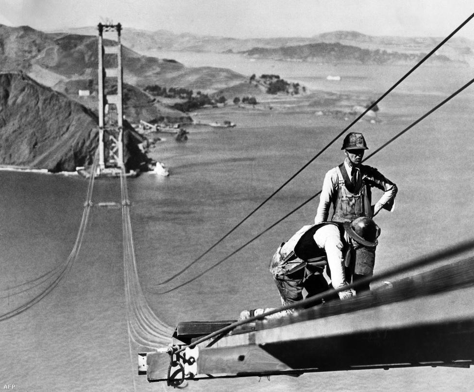 A Golden Gate-et 1933 januárjában kezdték el építeni, az építkezés                         négy évig, három hónapig és két hétig tartott, és 1937 áprilisában                         fejeződött be. Utána még majdnem másfél hónapot kellett várni a                         hivatalos átadásig.1935. október. Munkások, akiknek szemernyi tériszonyuk sincs, a híd tartókábelein dolgoznak.