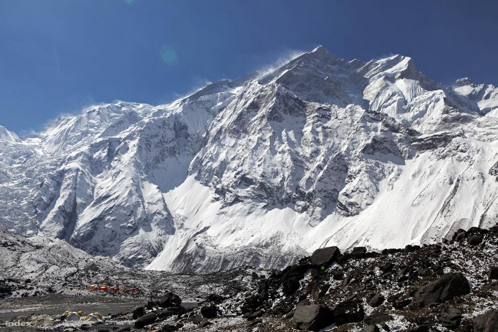 Az Annapurna nem csak lavinái és szélsőséges, havas időjárása miatt számít nehéz hegynek, hanem azért is, mert már igen alacsonyan elkezdődnek a nehézségek. Míg az alaptáborok általában 5000 méter körüli magasságban állnak, itt 4200 méteren van az utolsó,  hosszabb táborozásra alkalmas hely