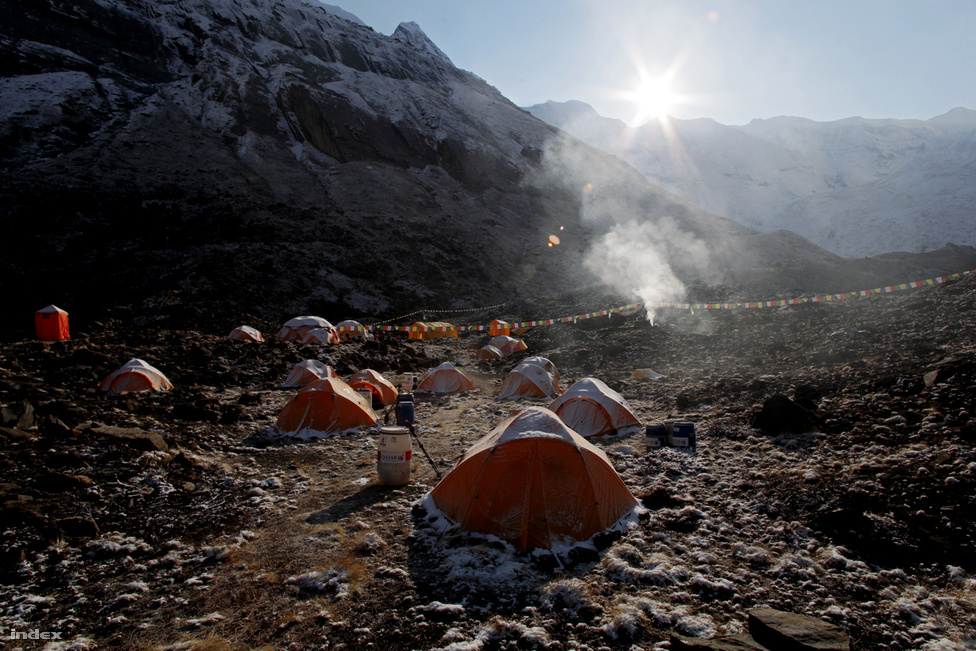 A hegymászók az alaptáborban töltik idejük jó részét. Itt készülnek fel a mászásra, itt állomásozik a háttércsapatuk. Egy átlagos hajnalon csak a nepáli tábori személyzet van ébren, ők gyújtják meg a tábori buddhista szentélyben a jó szerencsét biztosító gallyakat.