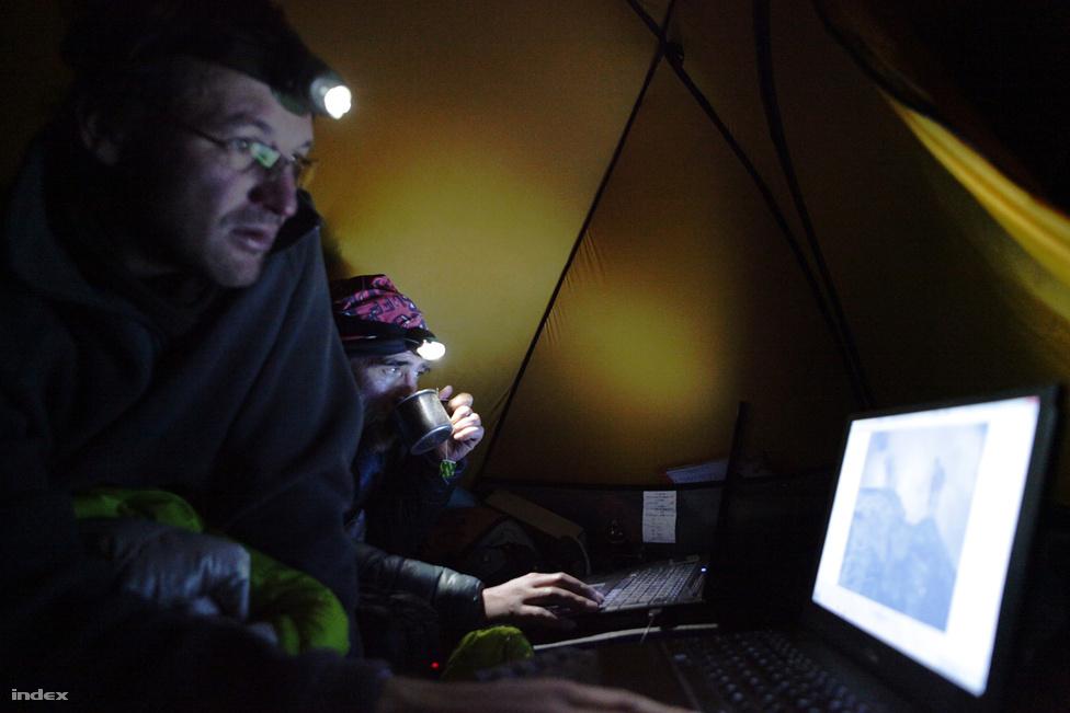 A sátori élet monotóniáját az étkezés mellett a számítógép segíti.