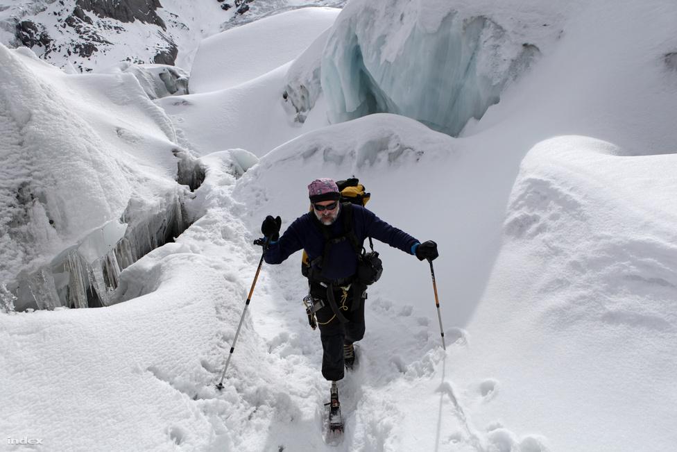 Erőss Zsolt az első tábor feletti, hasadékos gleccsermezőn kel át.