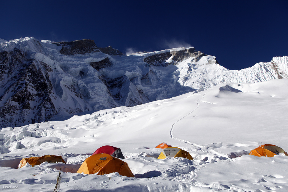 Az 5500 méteres második tábor, ahonnan a hegy legveszélyesebb része következik. A hátsó, piros sátor feletti kuloár az, amelynek lavinái miatt meghiúsult a magyar csapat akklimatizációja. Ha egyszer épségben feljutottak a rettegett részen, meg kellett próbálkozniuk a csúccsal. Minél többször vágnak át a veszélyes részen, annál nagyobb a valószínűsége a balesetnek. A csúcstámadás ideje alatt itt szenvedett tragikus balesetet a lefelé ereszkedő Horváth Tibor.