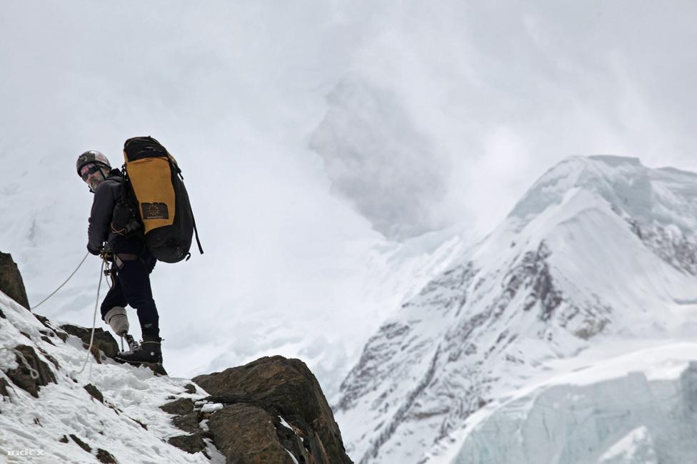 Erőss Zsolt a csúcs felé vezető úton.