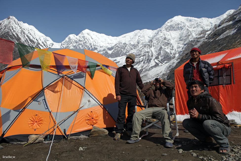 Az alaptábori csapat és nepáli barátaink hasonló aggodalommal követték a hegyen zajló eseményeket. Látcsővel kivehető volt, hogy sokan a csúcsmászásra szánt idő letelte után is folytatták az utat felfelé. A tragédiákhoz vezető  klasszikus hibát követték el, de az időjárás végül megkönyörült rajtuk.