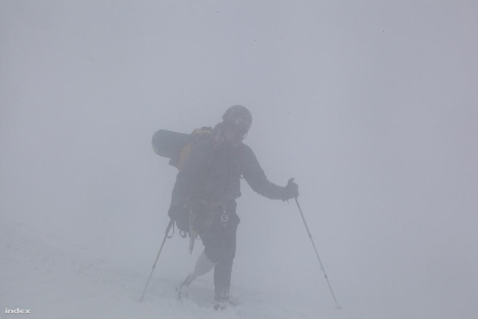Erőss Zsolt végül legyengült állapotban 7200 méterről fordult vissza. A hegymászót az ítéletidőben, 5300 méteren pillantottuk meg, ahogy botladozva előbukkant a ködből.