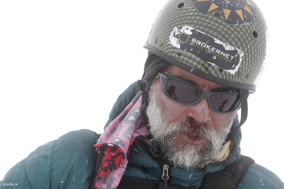 Erőss  ember feletti teljesítménnyel, akklimatizáció nélkül jutott 7000 méter fölé, de a próbálkozás a végsőkig lemerítette szervezetét. Komoly légúti problémái voltak, nehezen beszélt, bizonytalanul mozgott, pedig innen még hatórás mászás volt az alaptábor.