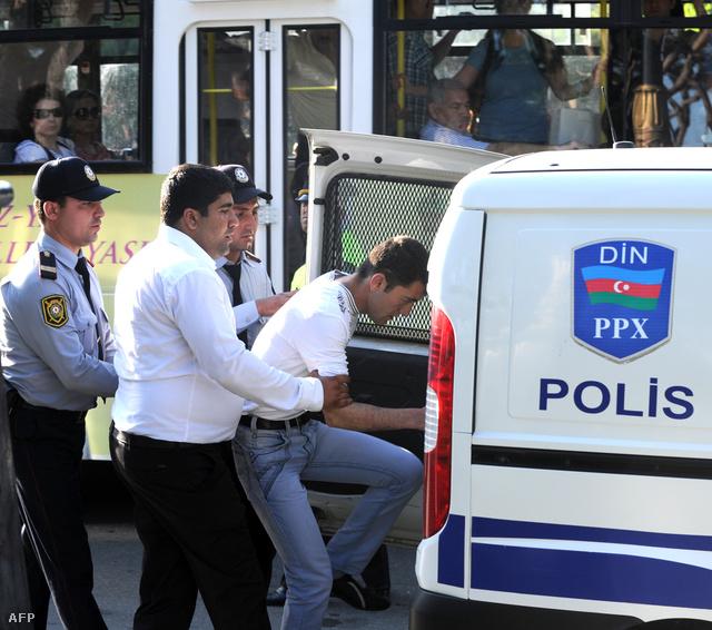Ellenzéki tüntetőt állítanak elő a rendőrök május 25-én, amikor az emberi jogokért demonstráltak a fővárosban