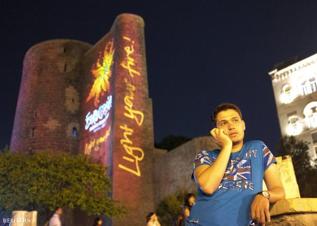 Az Eurovíziós dalfesztivál szlogenje és logója látható Baku belvárosában, egy műemlék tornyon.