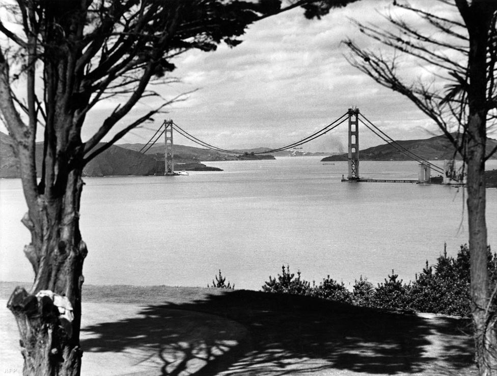 1936. május. A híd megépítésének költségvetése 35 millió dollár volt, ez 75 évnyi inflációt figyelembe véve ma 619 milliót jelent. A végső költség végül ennél kevesebb lett, 1,3 millió megmaradt a büdzséből, ráadásul az építkezés az eredeti menetrendhez képest korábban fejeződött be.