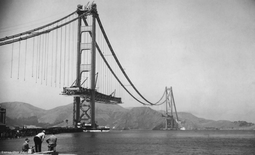 1937. Az útpályát tartó függőkábelek még a levegőben lógva várják, hogy helyükre kerüljenek a híd szelvényei. Egyébként alig néhány évvel a nagy gazdasági világválság után Kalifornia                         államnak nem volt elég pénze a híd megépítésére, ezért kötvényt                         bocsátottak ki 30 millió dollár értékben, és ebből finanszírozták az                         építkezést. A kötvényeseket 1971-ben fizették ki végleg, teljes                         egészében a hídpénzből. A projekt pénzügyi vezetője, Frank P. Doyle                         nevét őrzi a hídra déli irányból felvezető út, a Doyle Drive.