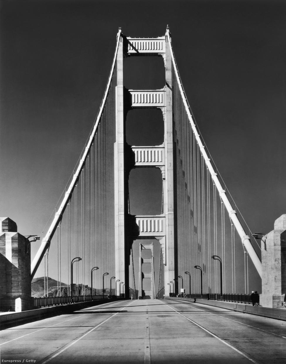 1937. Elkészült a világ leghosszabb függőhídja. A hidat tartó vastag kábelpár mindkét tagja 27 527 szál acélhuzalból                         lett összefonva. A két sodronyban összesen 129 ezer kilométernyi huzal                         van, a híd szerkezetében pedig 1,2 millió szegecs. Az építkezésen 389                         ezer köbméter betont használtak fel.