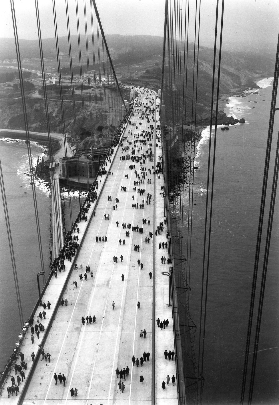 1937. május 27. Gyalogosok a megnyitott hídon.