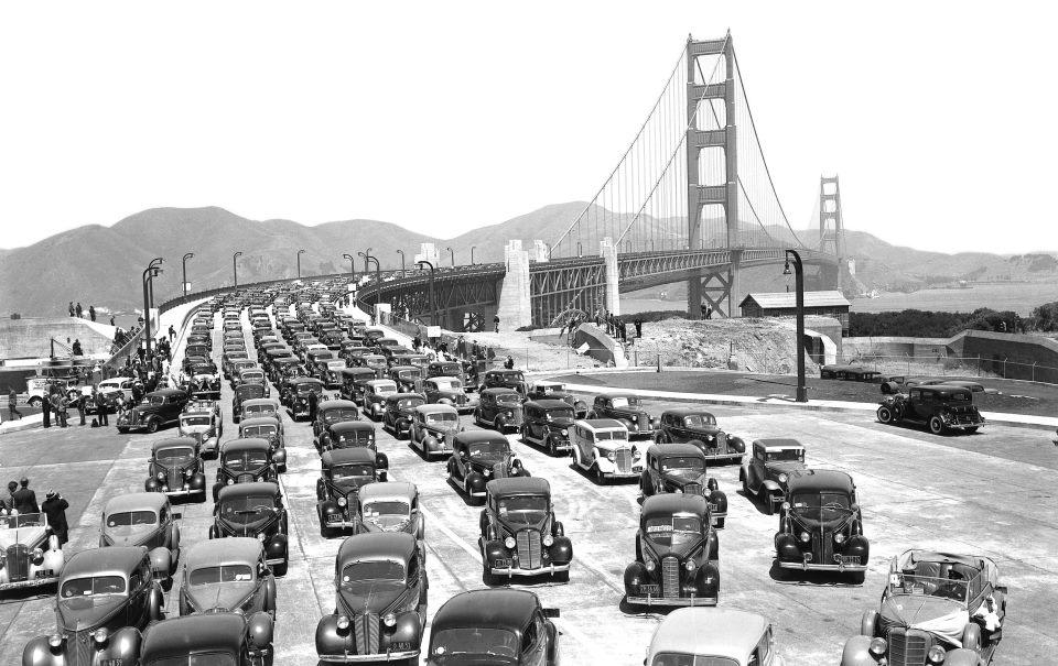 Autóforgalom a megnyitást követő napokban. A Golden Gate-en északról délre áthaladva (vagyis San Francisco városába beautózva) járművenként 6 dollár hídpénzt kell fizetni. Északi irányban ingyenes az átkelés. A híd megnyitásától egészen 1970-ig a gyalogosoknak is fizetniük kellett az áthaladásért.