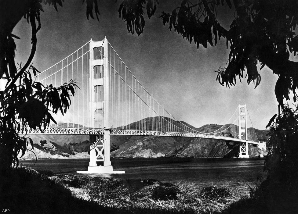 Pazar felvétel az ötvenes évekből. A Golden Gate híd 27 évig, a New York-i Verrazano-Narrows híd elkészültéig, a világ leghosszabb függőhídja volt.