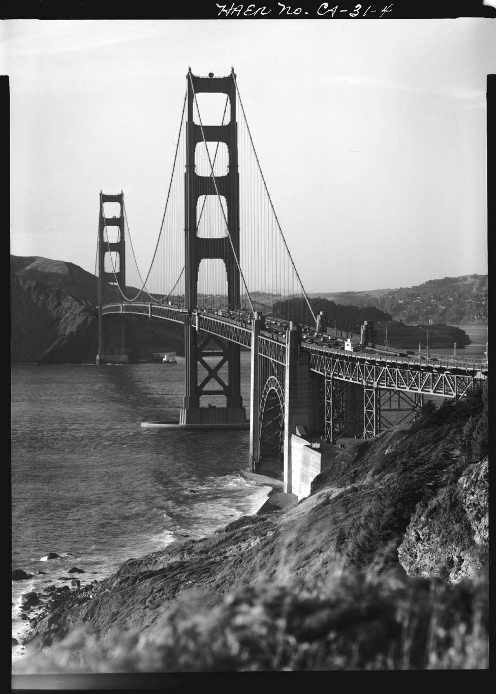 A híd 67 méterrel a vízfelszín felett szeli át a San Francisco-i öbol                         bejáratát. A tartópilléreinek legmagasabb pontja ehhez képest még 227                         méteres magasságban van.
