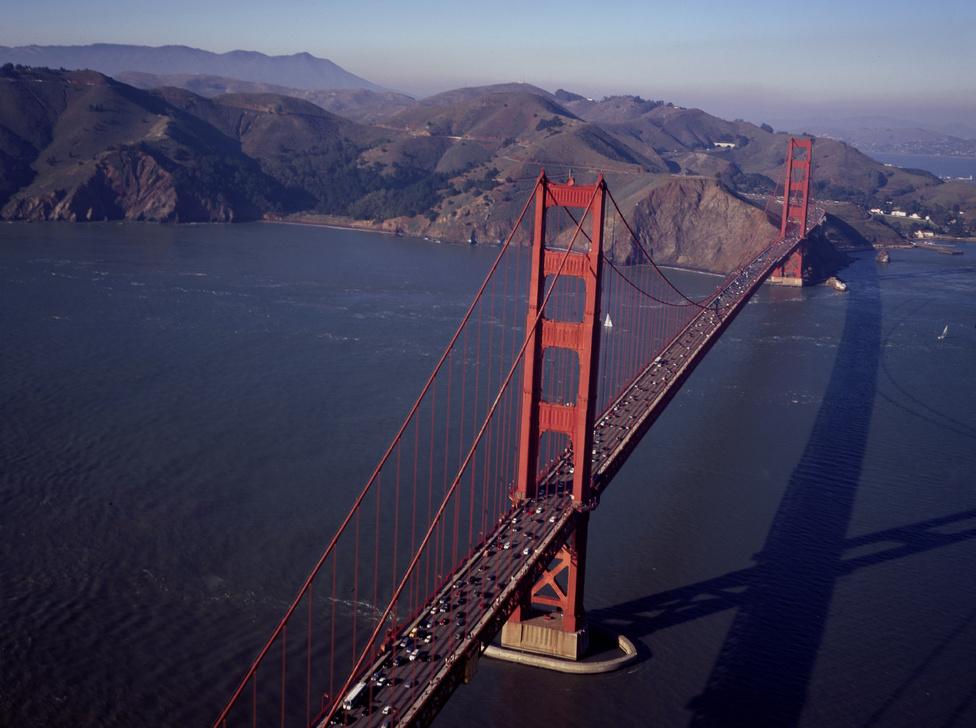 A hídon halad át az amerikai nyugati part egyik legfontosabb                         autópályája, a 101-es. A napi járműforgalom 120 ezer. Ez az egyetlen                         kijárat San Franciscóból északi irányban.