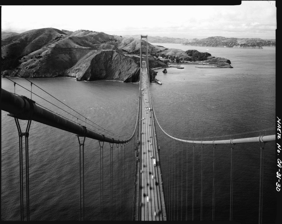 A legkisebb forgalmat 1982. január 6-án mérték a hídon, amikor                         hatalmas felhőszakadás tört San Franciscora, ekkor egész nap mindössze                         3921 jármű haladt át a hídon déli irányban.
