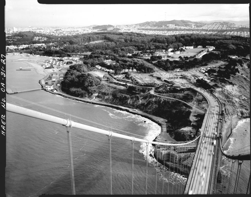 A legnagyobb forgalmat 1989 október 21-én mérték, amikor a baseball                         világbajnoki döntő harmadik meccse alatt (amit két kaliforniai csapat,                         az Oakland Athletics és a San Francisco Giants játszott), 6,9-es erejű                         földrengés volt a várostól nem messze, és az öböl egész körzetében                         kitört a pánik. Aznap 162 414 jármű kelt át a hídon (ami egyébként nem                         szenvedett kárt a rengésben).