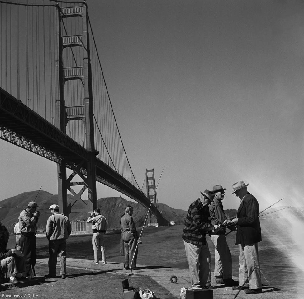 1952. június. Horgászok a híd lábánál.