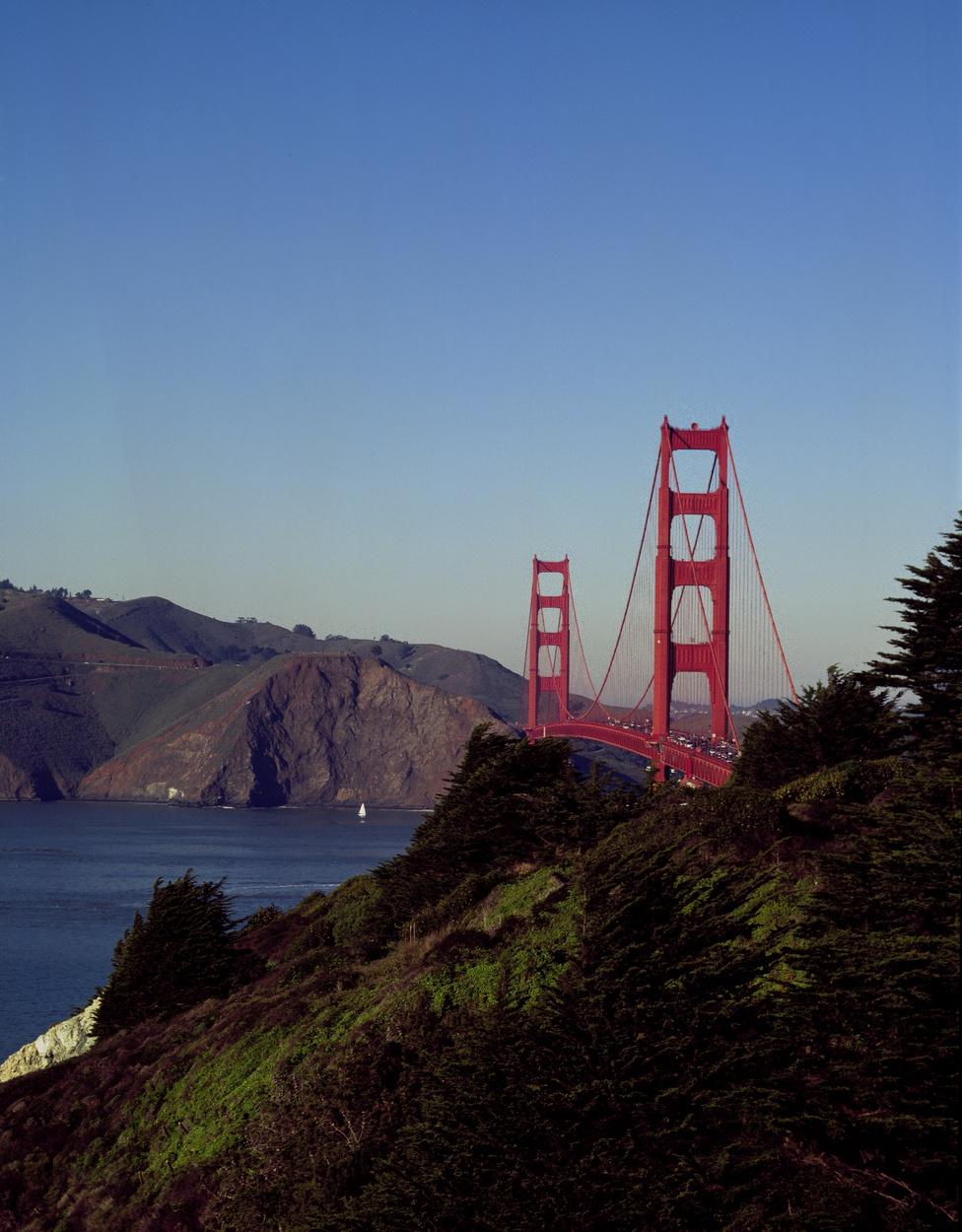 International Orange, azaz nemzetközi narancs, ez a híd színének hivatalos neve. A tervezők azért választották ezt az árnyalatot, mert remek kontrasztot alkot a táj zöldjével és az ég kékjével, és nem utolsó sorban ködös időben is remekül láthatóvá teszi a hidat. Az amerikai haditengerészet eredetileg fekete-sárga csíkos mintát szeretett volna hasonló okokból, de a híd vezető tervezőmérnöke,                         Irving Morrow ragaszkodott a színhez. Az ő ötlete volt a híd art deco stílusa is.
