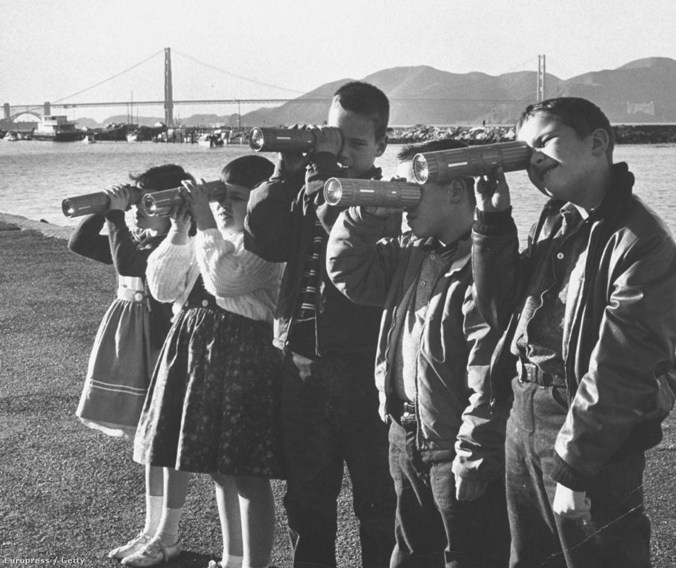 1960. Kaleidoszkóppal játszó gyerekek, háttérben a híd.
