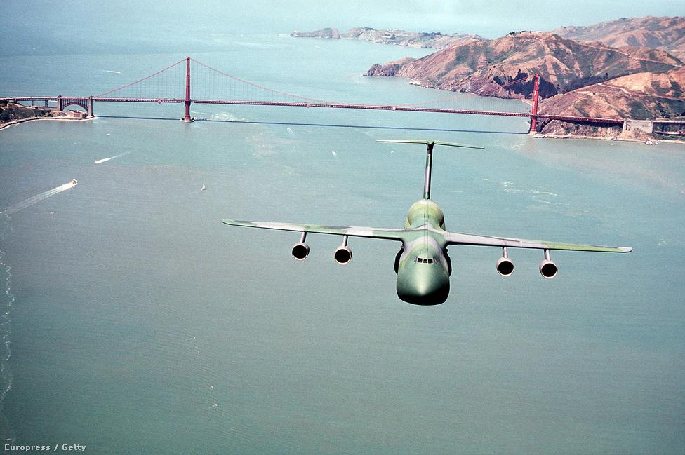 1983. július 27. Az amerikai légierő C-5A Galaxy szállító-repülőgépe elhúz a San Francisco-öböl fölött.