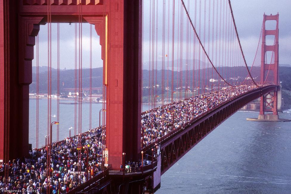 1987. május 27. Az 50 éves születésnapon tartott hídi séta. Egész napra lezárták a hidat az autóforgalom                         elől, és átadták az ünneplő tömegnek. Becslések szerint 300 ezer ember                         volt ekkor egyszerre a hídon, és a mérések szerint ez alaposan                         megviselte a tartókábeleket (annak ellenére hogy az elvi tűréshatáruk                         40 százalékának voltak csak kitéve). A mostani születésnapi ünnepségen                         ezért nem is engedik fel kontrollálatlanul a gyalogosokat a hídra, és                         csak az esti tűzijáték idejére zárják le teljesen.