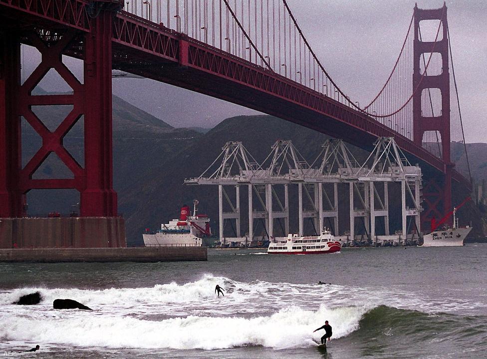 2000. október 24. Az öbölbe tartó hajók kényelmesen elférnek a híd alatt, eddig egyszer volt csak olyan alkalom, hogy egy teherhajó rakománya közel járt a hídhoz: 2002-ben, amikor az oaklandi kikötő 60 méteres óriásdarui                         érkeztek Kínából. Az apály idejére időzített áthaladás végül sikeres                         volt, több mint három méter hely maradt is a híd, és a daruk teteje                         között.