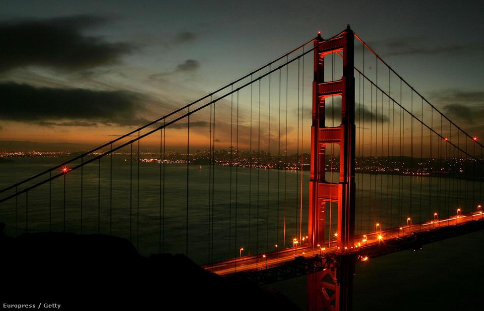 2005. január 27. Alkonyat a Golden Gate-nél. Megnyitása óta több mint 1300 ember vetette le magát a hídról, amit emiatt öngyilkosok hídjának is neveznek. Ezzel szemben három alkalommal fordult elő, hogy egy-egy terhes nő a hídon szülje meg a gyerekét, 1958-ban, 91-ben, és 93-ban. Mindhárom szülés rendben lezajlott, az újszülött mind a háromszor fiú volt.