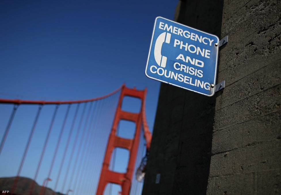 A Golden Gate a világ legnépszerűbb pontja az öngyilkosok számára, A zuhanás végén nagyjából 120                         km/h sebességgel csapódik az ugró a vízbe, a túlélés esélye minimális,                         a statisztikák szerint eddig 26-an úszták meg, általában nagyon súlyos                         sérülésekkel, törésekkel.