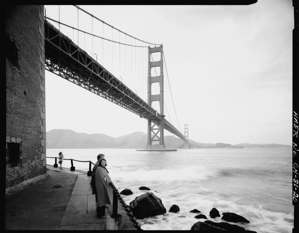 Bár sok helyi kéri a végrendeletében, hogy a hamvait a Golden Gate-ről                         szórják az óceánba, ez a kaliforniai törvények szerint tilos, és                         köztéri szemetelés miatt komoly bírsággal jár.