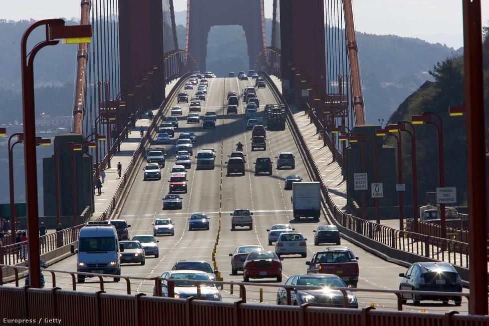 2005. november 9. Forgalom. Biciklivel fel lehet menni a hídra, görkorcsolyával és gördeszkával azonban tilos. A híd mindkét oldalán több biciklikölcsönző áll a                         turisták rendelkezésére, akik között nagyon népszerű a hídon való                         áttekerés. Tériszonyosoknak nem ajánlott.