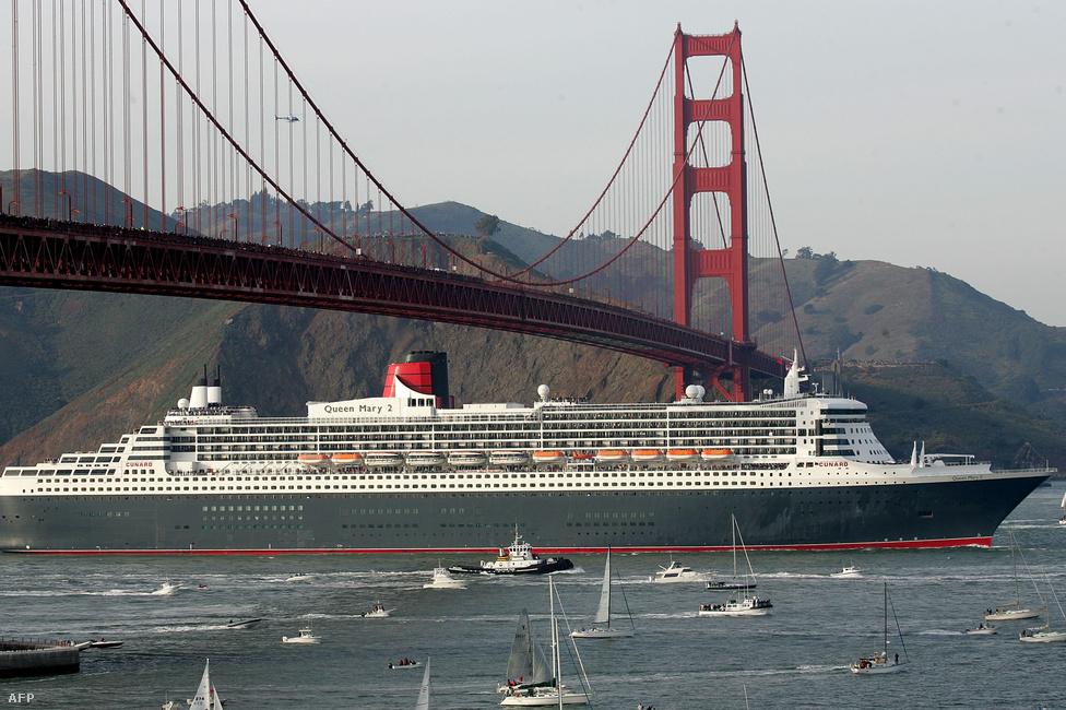 2007. február 4. A Cunard társaság Queen Mary 2 hajója, a világ legnagyobb utasszállító óceánjárója első útján a San Francisco-i kikötőbe tart.