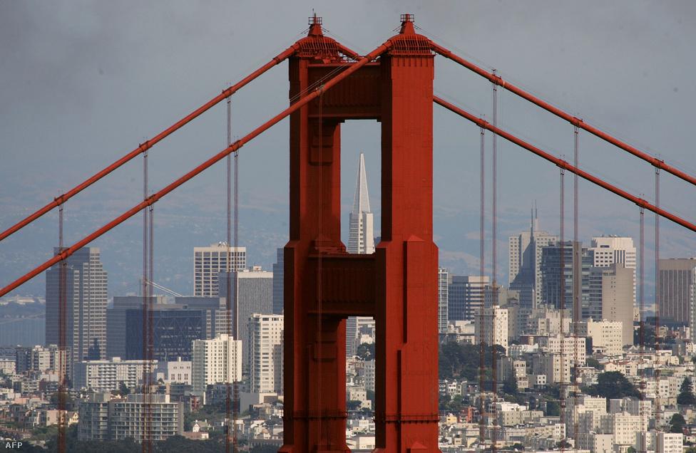 A háttérben San Francisco felhőkarcolói, és a Transamerica Pyramid épülete a pilon fölső nyílásában.