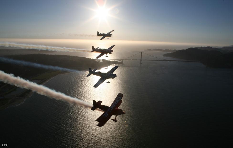 2007. október 5. Az Oracle team műrepülő köteléke az öböl fölött.