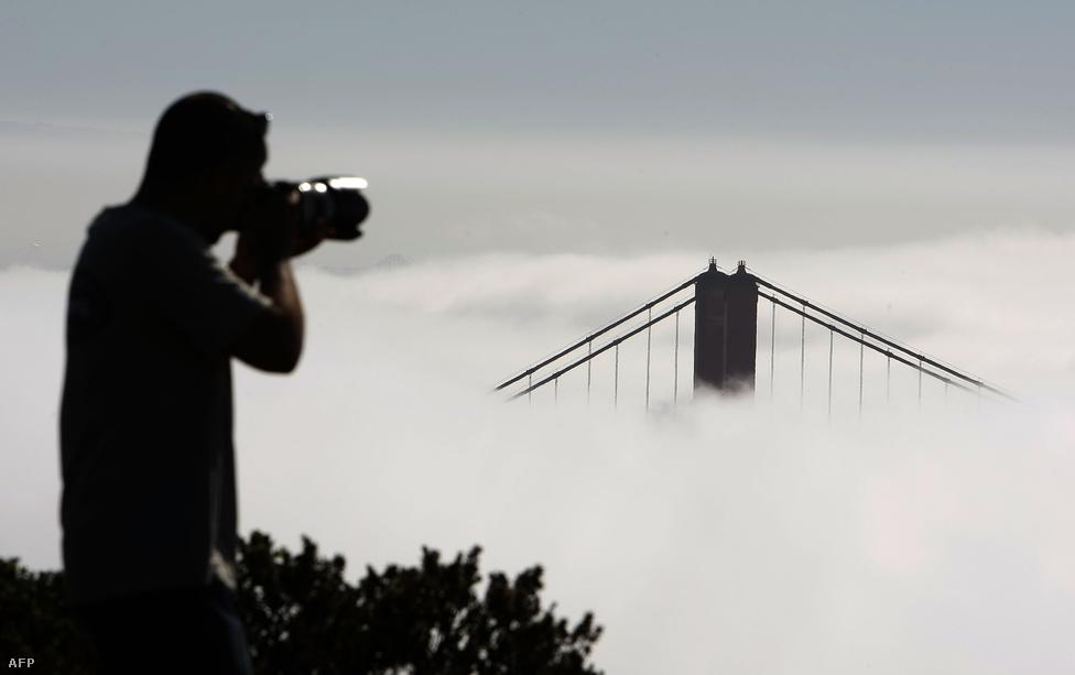 A ködbe burkolódzó híd kedvelt célpontja a fotósoknak.