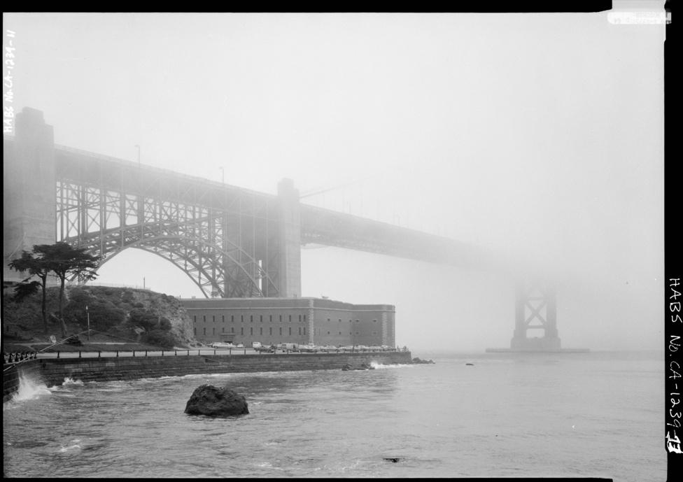 Ködbe vész. A hidat eddig háromszor kellett lezárni a forgalom elől az időjárás                         miatt, 1951-ben, 1982-ben, és 1983-ban, mindhárom alkalommal az                         óránként 70 mérföldet (112 km) meghaladó széllökések miatt. Maga a híd                         egyszer sem szenvedett sérüléseket, de a közlekedés veszélyessé vált                         volna ekkora szélben.