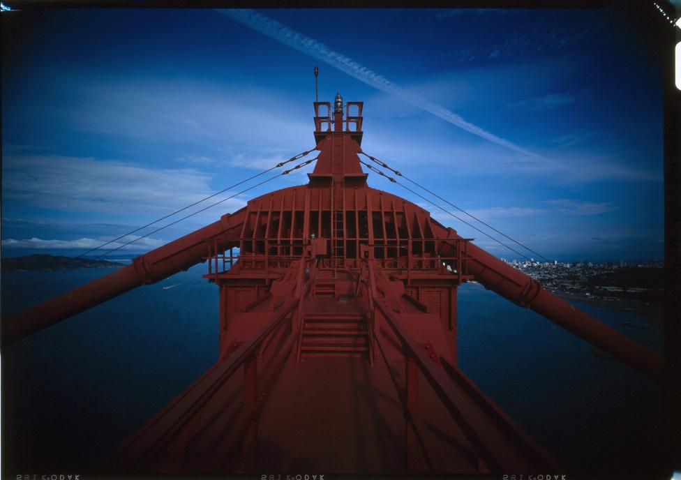 A híd egyik pilonjának legtetejéről nyíló panoráma. A Golden Gate pontos színét úgy kaphatjuk meg, ha a Photoshop, vagy                         bármilyen más rajzolóprogram színkeverőjében 0% ciánt, 69% magentát,                         100% sárgát és 6% feketét adunk meg (RGB színkeverésnél 186 vörös, 22                         zöld, 12 kék).