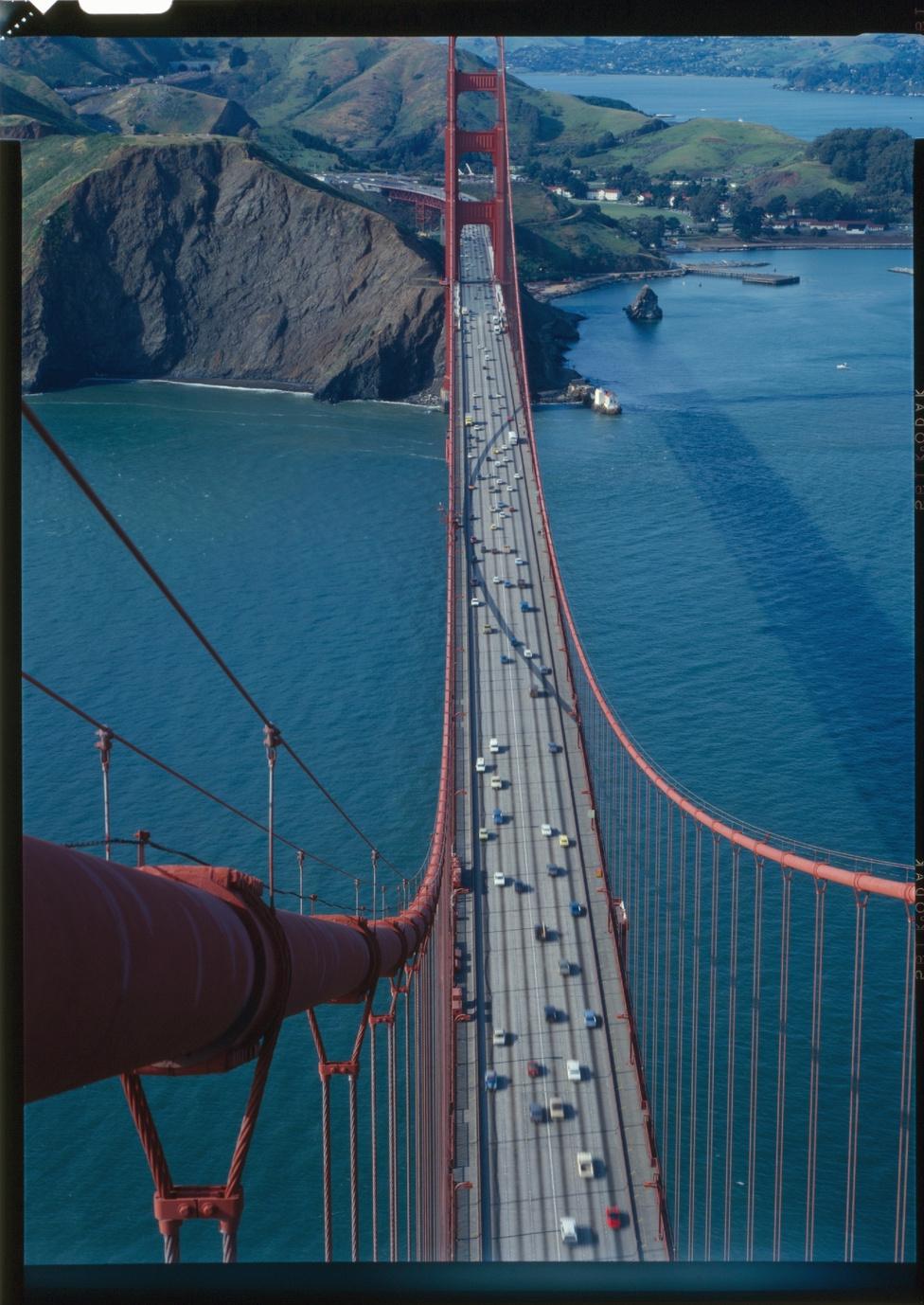 A 27 méter széles hídon a forgalom összesen hat sávban halad.                         Hétköznap reggelenként, amikor a forgalom jellemzően a városba befelé                         áramlik, négy sáv a déli, kettő az északi irányú forgalomé, délután                         pedig éppen fordítva. Hétvégén általában kétszer három sávosra                         állítják be a forgalmat. Az egymilliárdodik áthaladó járművet 1985-ben regisztrálták, ma már                         nagyon közel lehetünk a kétmilliárdhoz. Az utolsó hivatalos szám a                         2011. áprilisi állást rögzítette, 1 929 896 448-nál, évi 39 millió                         átkelővel számolva a második milliárd valamikor 2013 kora tavaszán                         telik be majd.