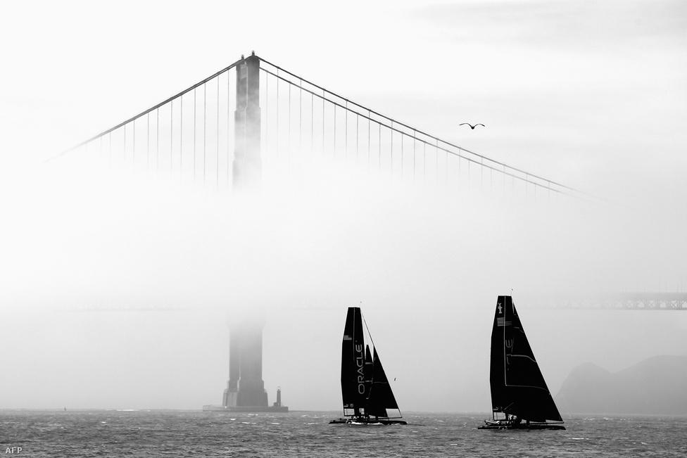 2012. február 21. A Louis Vuitton és az Amerika kupára készülnek a kissé ködös időben az Oracle racing katamaránjai.
