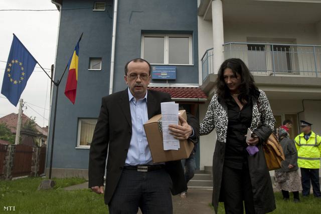 Lukács Csaba távozik a korondi rendőrség épületéből